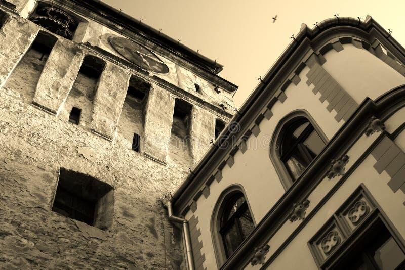 Viejo contra el nuevo edificio en Sighisoara, Transilvania, Rumania fotografía de archivo libre de regalías