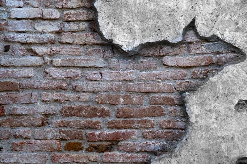 Viejo desgastado abajo de la pared de ladrillo imágenes de archivo libres de regalías