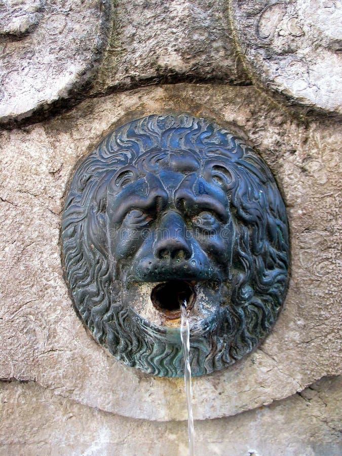 Viejo detalle de la fuente. Toscana. fotografía de archivo