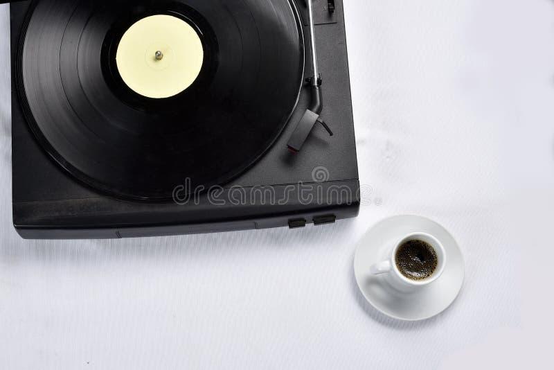Viejo disco de vinilo con café foto de archivo libre de regalías