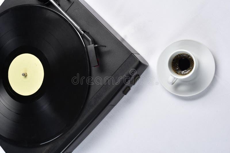 Viejo disco de vinilo con café fotos de archivo libres de regalías