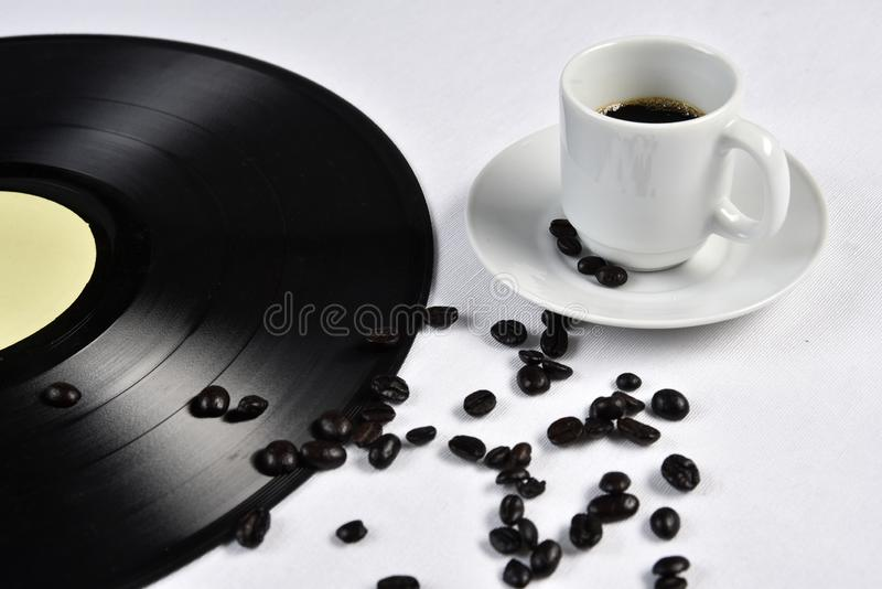 Viejo disco de vinilo con café imagen de archivo libre de regalías