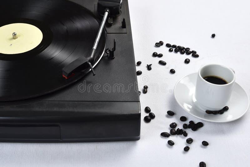 Viejo disco de vinilo con café foto de archivo