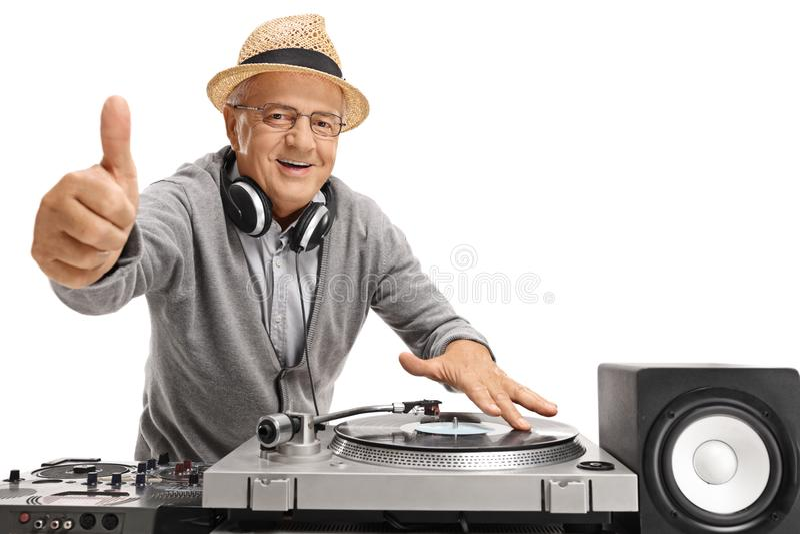 Viejo DJ que hace un pulgar encima del gesto fotos de archivo