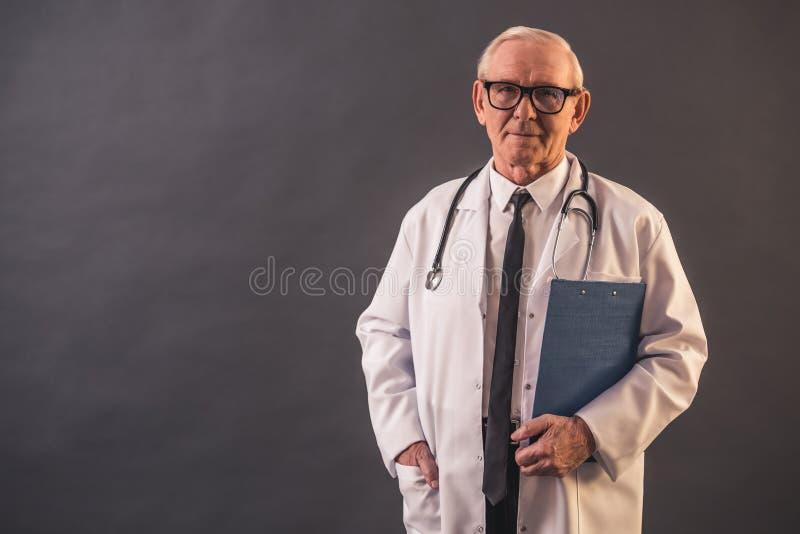 Viejo doctor hermoso fotografía de archivo libre de regalías