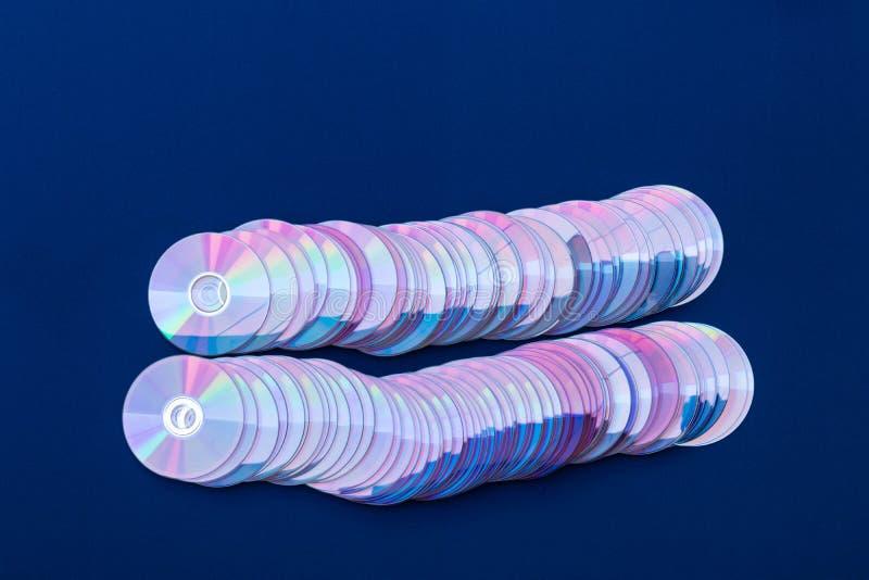 Viejo DVDs alineado en el paño azul fotos de archivo libres de regalías