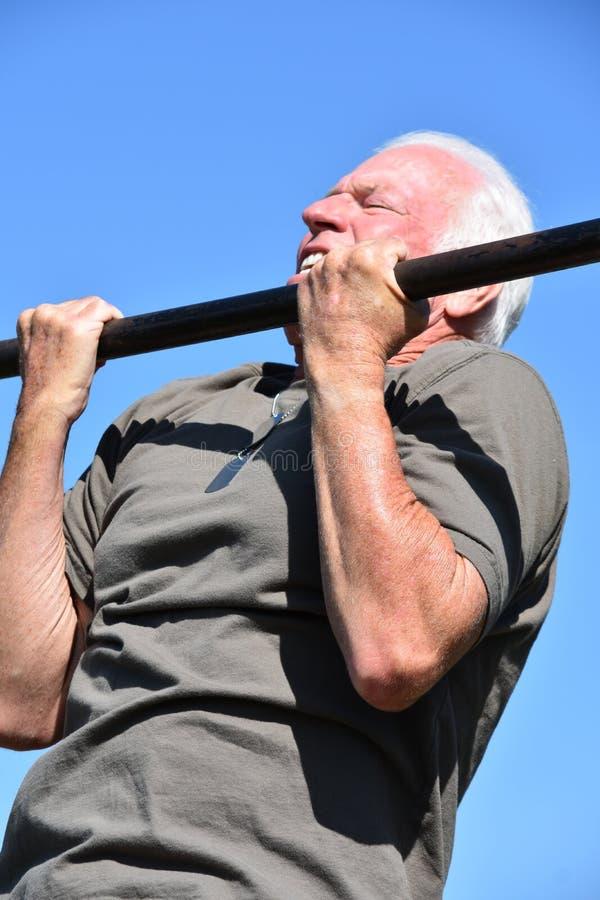 Viejo ejercicio masculino muscular del veterano fotos de archivo