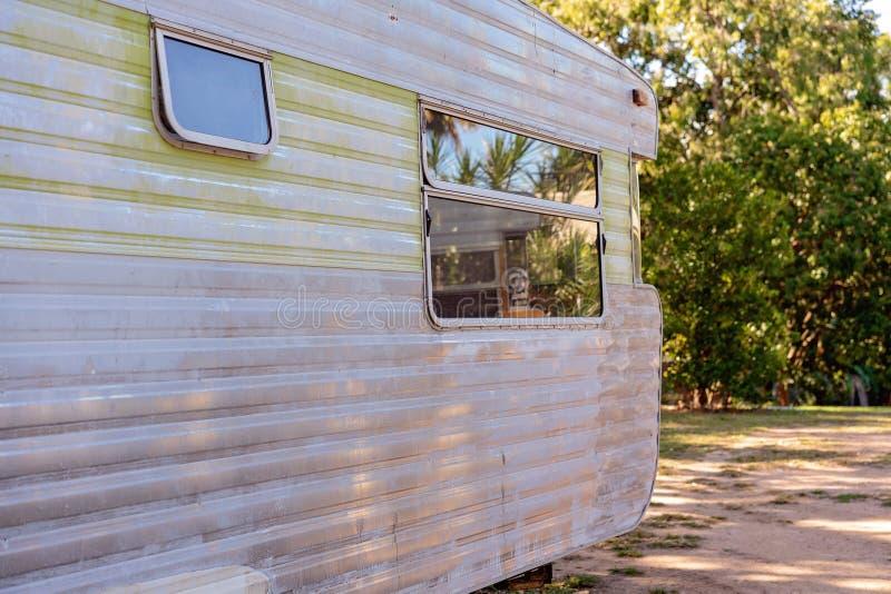 Viejo exterior del Grunge de la caravana del vintage imágenes de archivo libres de regalías
