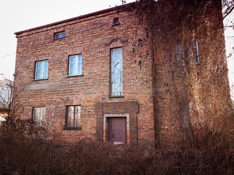 Viejo extracto abandonado del decaimiento de la fachada de la casa del ladrillo rojo fotografía de archivo