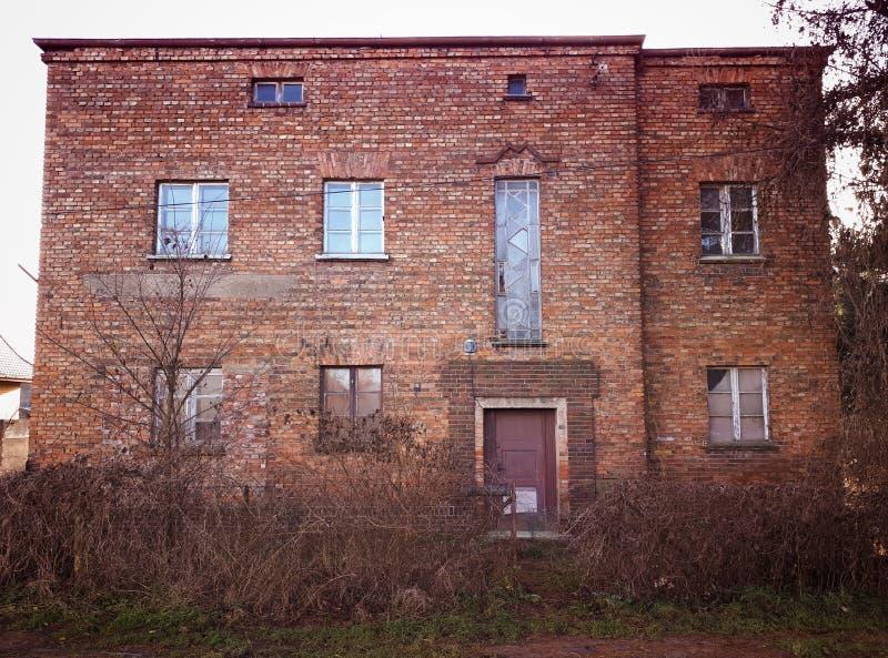 Viejo extracto abandonado del decaimiento de la fachada de la casa del ladrillo rojo fotos de archivo libres de regalías