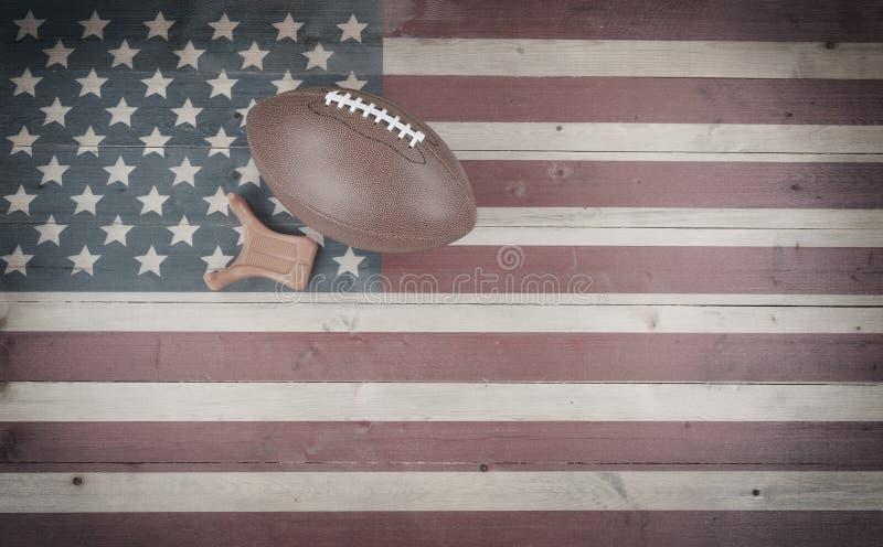 Viejo fútbol americano con la camiseta del retroceso en el ajuste de madera de la bandera de Estados Unidos del vintage imagen de archivo