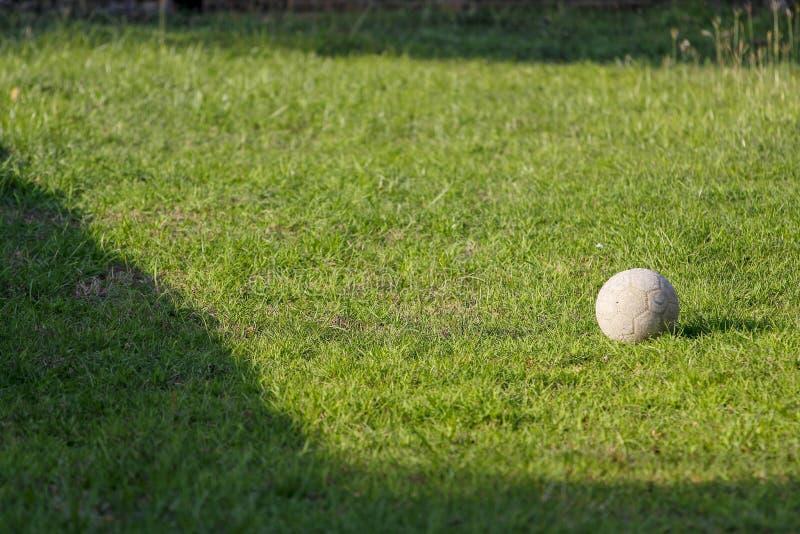 viejo fútbol en jardín verde en Tailandia foto de archivo