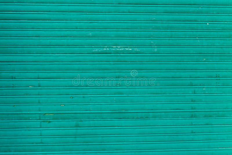 Viejo fondo coloreado de la puerta del garaje fotos de archivo
