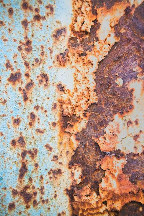 Viejo fondo corroído de la pared del metal con la pintura azul escamosa Superficie de metal agrietada escamosa oxidada Resuma la  foto de archivo
