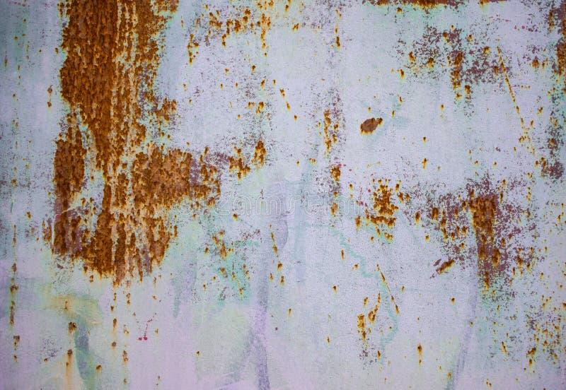 Viejo fondo corroído de la pared del metal con la pintura púrpura escamosa Superficie de metal agrietada escamosa oxidada Resuma  foto de archivo