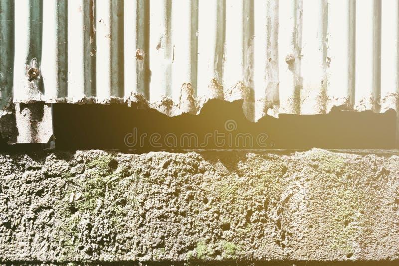 Viejo fondo de la pared del cinc con el escape ligero imagenes de archivo