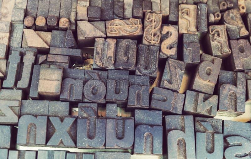 Viejo fondo de la prensa de copiar, cierre para arriba de muchas letras retras, al azar del metal foto de archivo libre de regalías