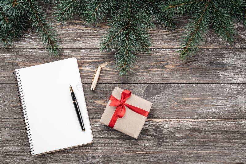Viejo fondo de madera con las ramas del abeto Cuaderno, regalo Tarjeta de Navidad Visión superior imagen de archivo