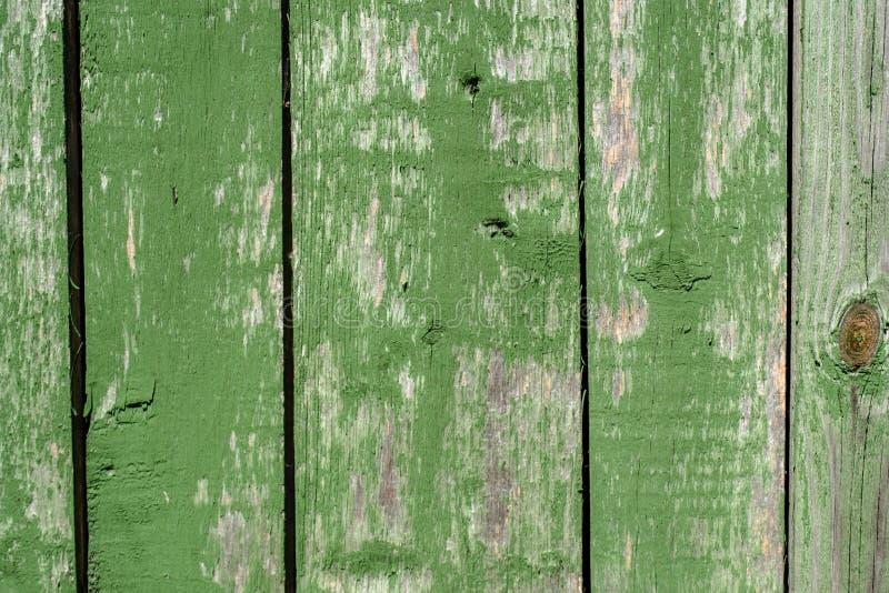Viejo fondo de madera descolorado verde vibrante pintado del tablaje con los defectos imagen de archivo libre de regalías