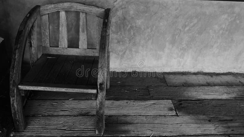 Viejo fondo de madera de la silla y del muro de cemento fotografía de archivo libre de regalías