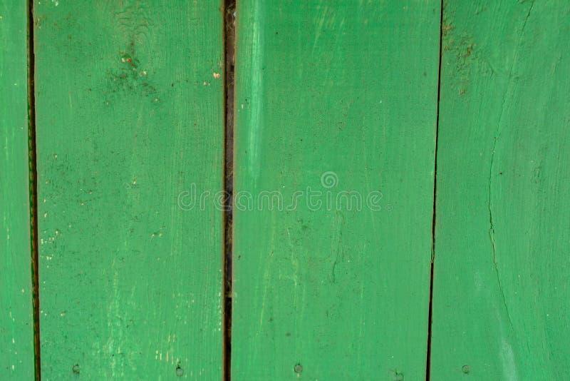 Viejo fondo de madera verde descolorado del tablaje con los defectos y las grietas foto de archivo libre de regalías