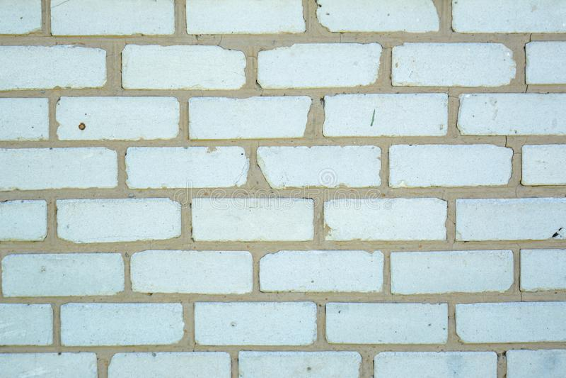 Viejo fondo descolorado blanco de los ladrillos con los defectos y las fracturas imagen de archivo libre de regalías