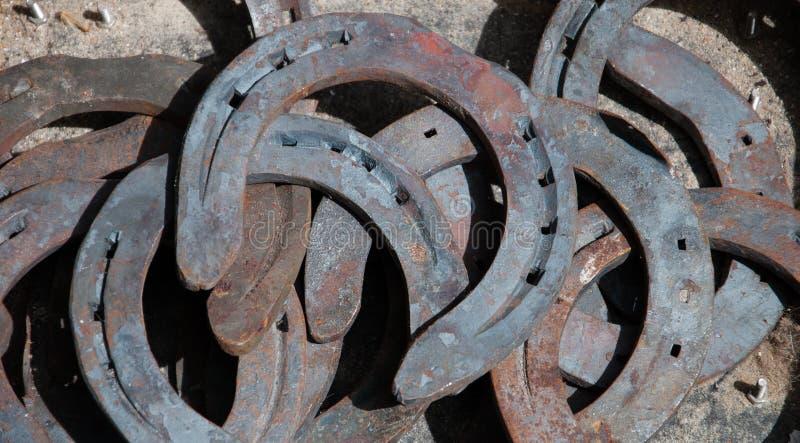 Viejo fondo oxidado de las herraduras. fotografía de archivo
