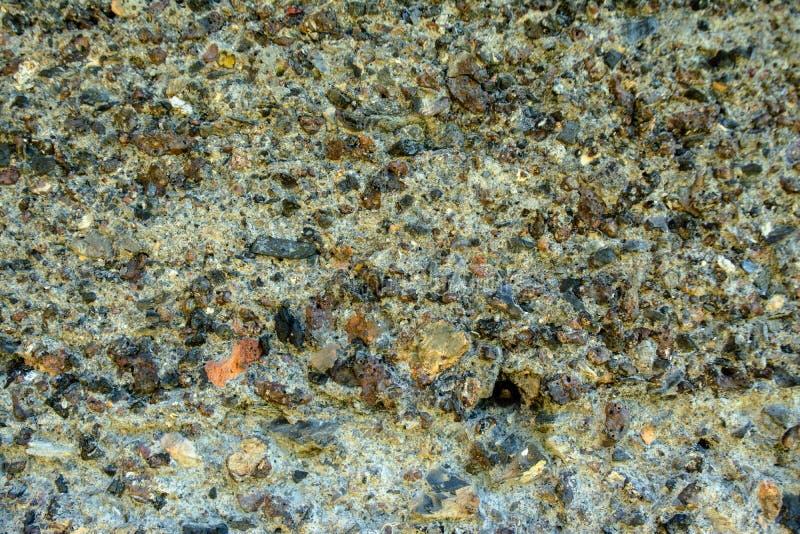 Viejo fondo rocoso descolorado con los defectos y las fracturas fotos de archivo