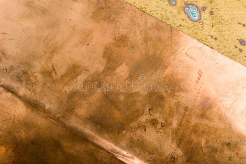 Viejo fondo texturizado del metal del bronce del cobre del modelo con pátina foto de archivo