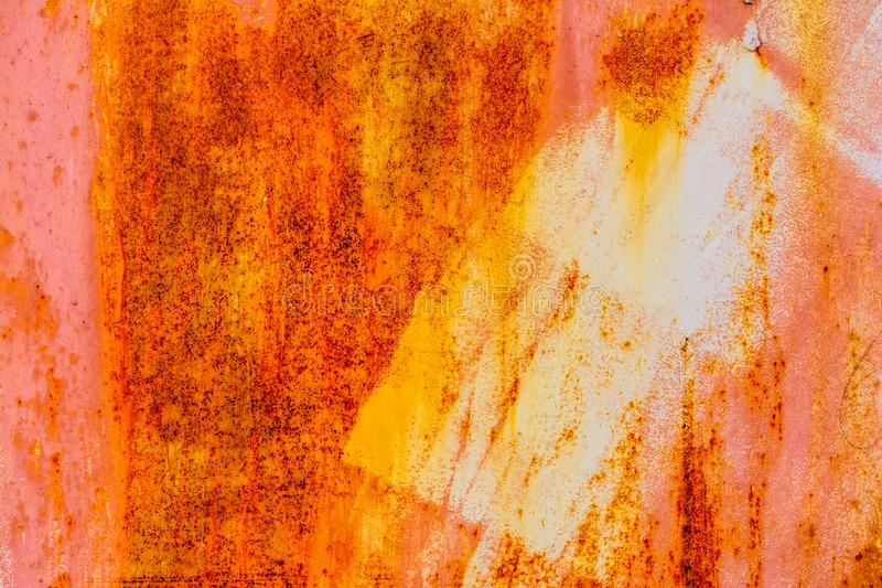 Viejo fondo vacío vertical superficial rojo del Grunge de Rusty Plaster Wall With Worn Brown Brickwall rojo con el estuco lamenta fotos de archivo