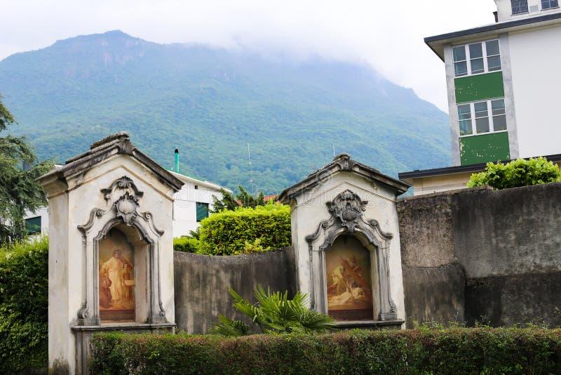 Viejo fresco cristiano cerca de la iglesia afuera en Mandello del Lario, Italia imágenes de archivo libres de regalías