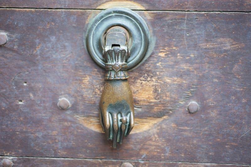Viejo golpeador de puerta en puerta de madera fotos de archivo libres de regalías