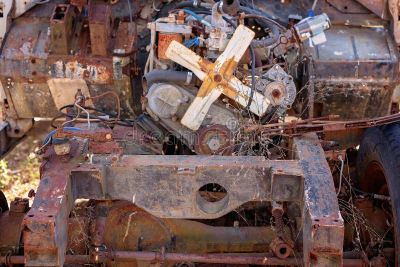 Viejo Grunge del coche del vintage debajo del capo fotografía de archivo