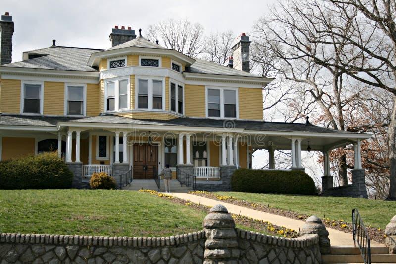 Viejo hogar amarillo grande fotos de archivo libres de regalías