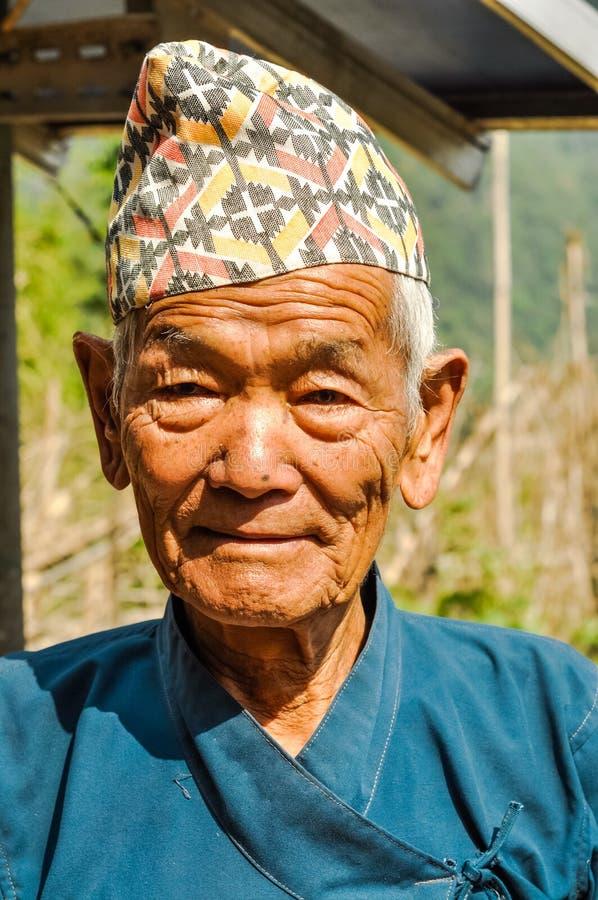 Viejo hombre con el casquillo en Nepal foto de archivo