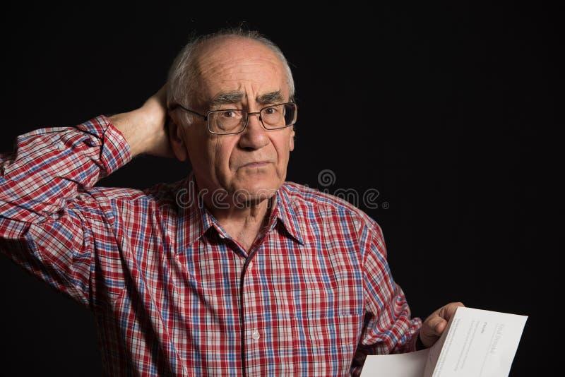 Viejo hombre con el documento del banco foto de archivo libre de regalías