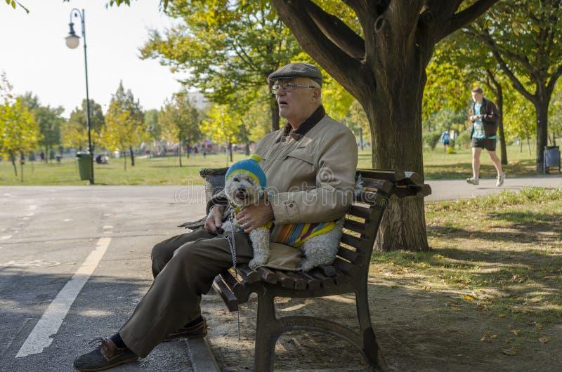 Viejo hombre con el pequeño perro fotografía de archivo libre de regalías