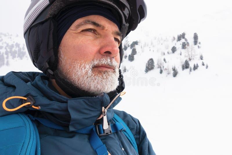 Viejo hombre con la barba blanca en la montaña nevosa imágenes de archivo libres de regalías