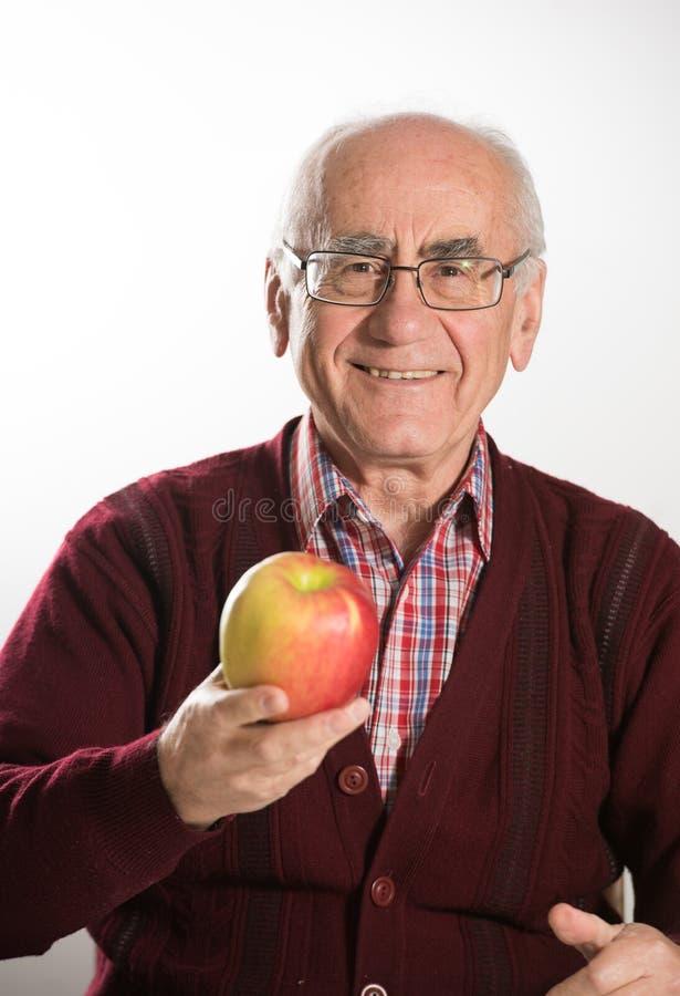 Viejo hombre con la manzana fotografía de archivo