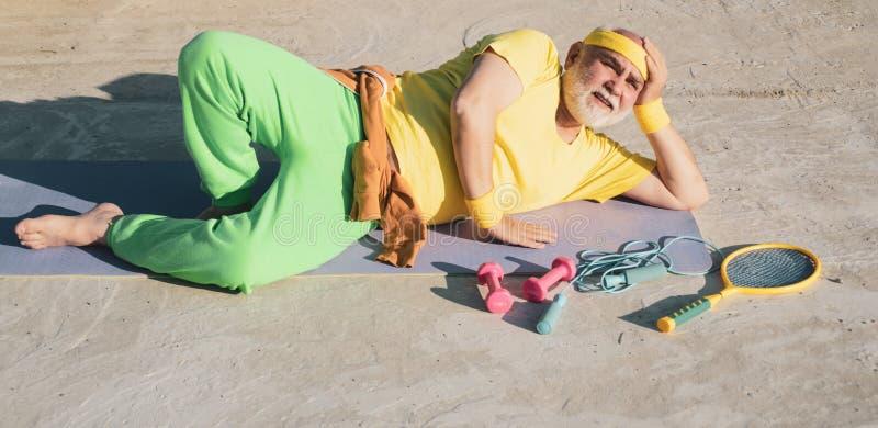 Viejo hombre con las alfombras de la yoga de la aptitud Ocio activo La edad no es ninguna excusa a aflojarse en su salud Deporte  imagen de archivo