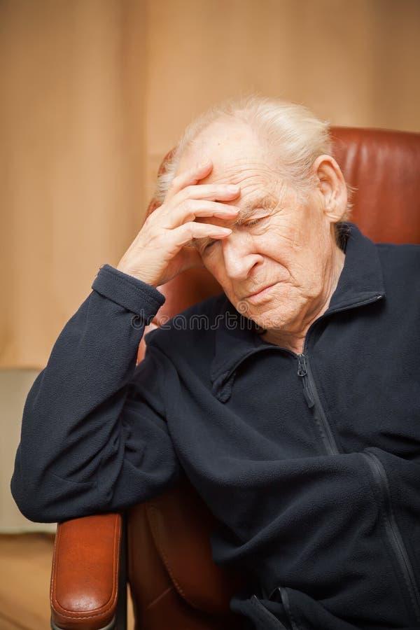 Viejo hombre con un dolor de cabeza fotos de archivo libres de regalías