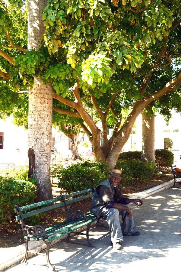 Viejo hombre cubano comprensivo en un día de verano soleado imagen de archivo