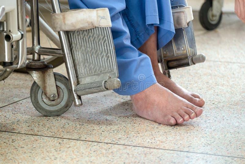 Viejo hombre de la incapacidad sola en una silla de ruedas eléctrica en el Hospi fotos de archivo libres de regalías