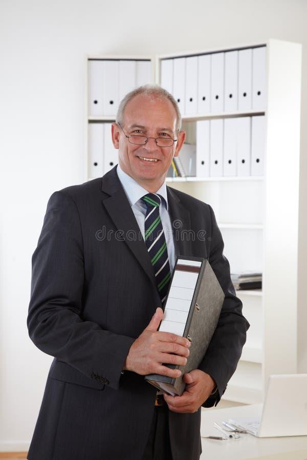Viejo hombre de negocios con el sujetapapeles fotos de archivo libres de regalías