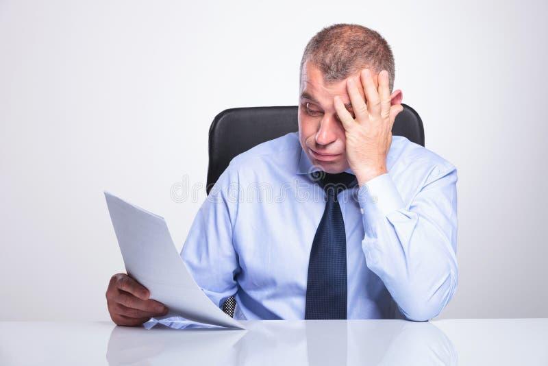 Viejo hombre de negocios decepcionado por informes fotos de archivo libres de regalías