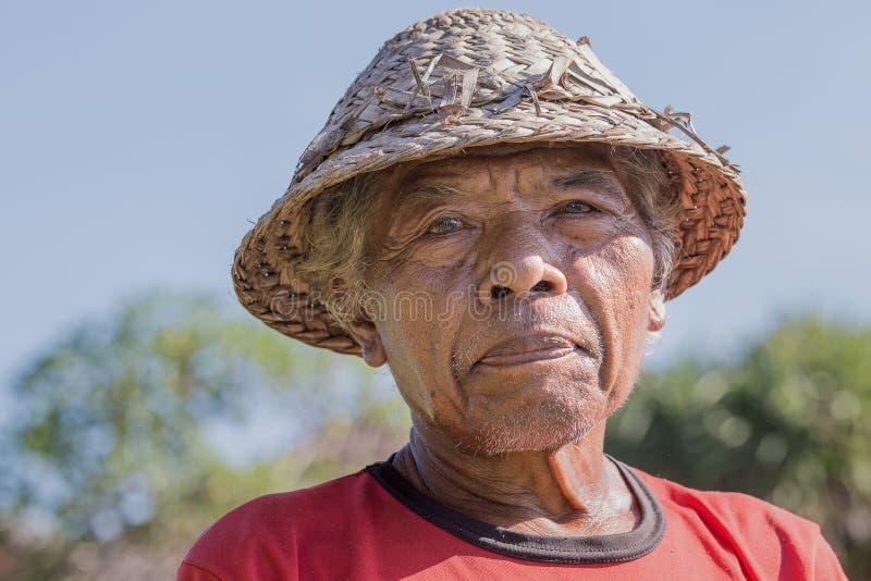 Viejo hombre del retrato en la isla de Bali indonesia fotos de archivo