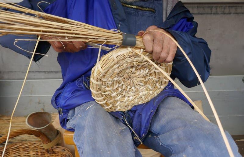 Viejo hombre en crear una colmena según la vieja tradición fotografía de archivo