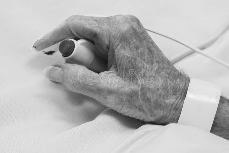 Viejo hombre en el ER con el botón de la llamada fotografía de archivo libre de regalías