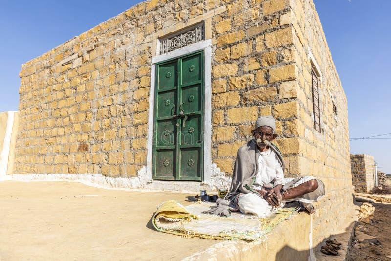 Viejo hombre en el pueblo, el desierto de Thar, Rajasthán, la India fotografía de archivo