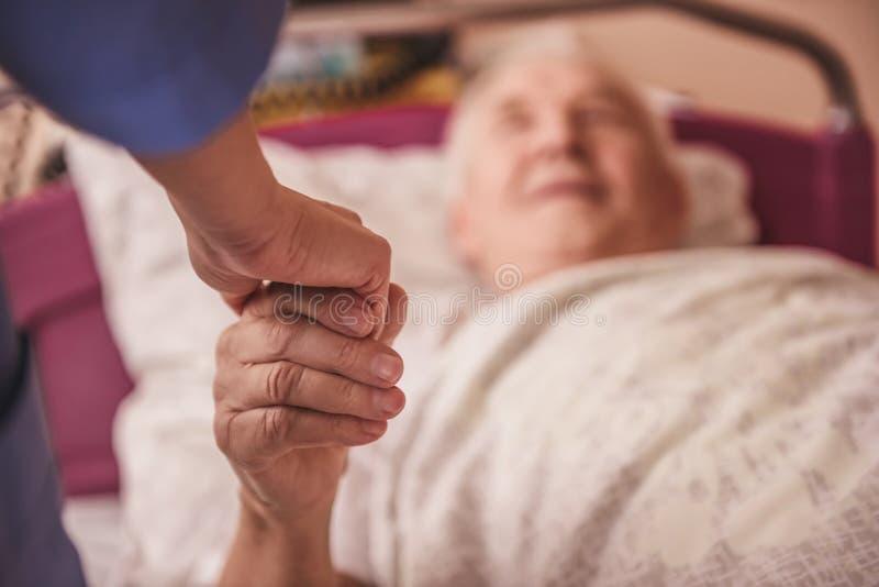 Viejo hombre en hospital fotos de archivo libres de regalías